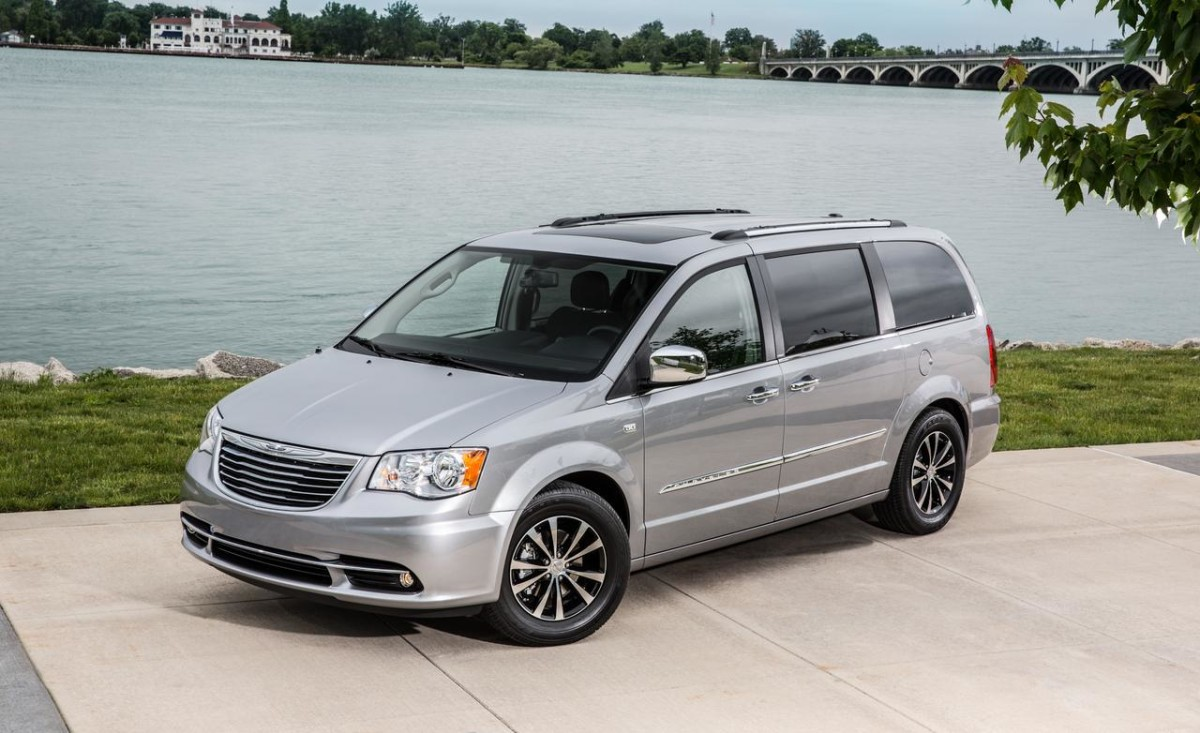 2016-chrysler-town-and-country-1